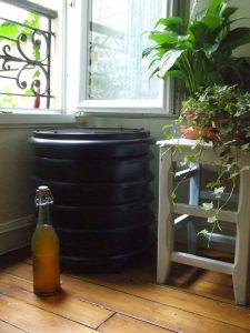 Exemple d'un lombricomposteur en appartement. Il n'est pas difficile de trouver ou mettre son lombricomposteur !